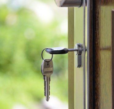 Сидіти спиною до дверей: що означає і про що попереджає дана прикмета