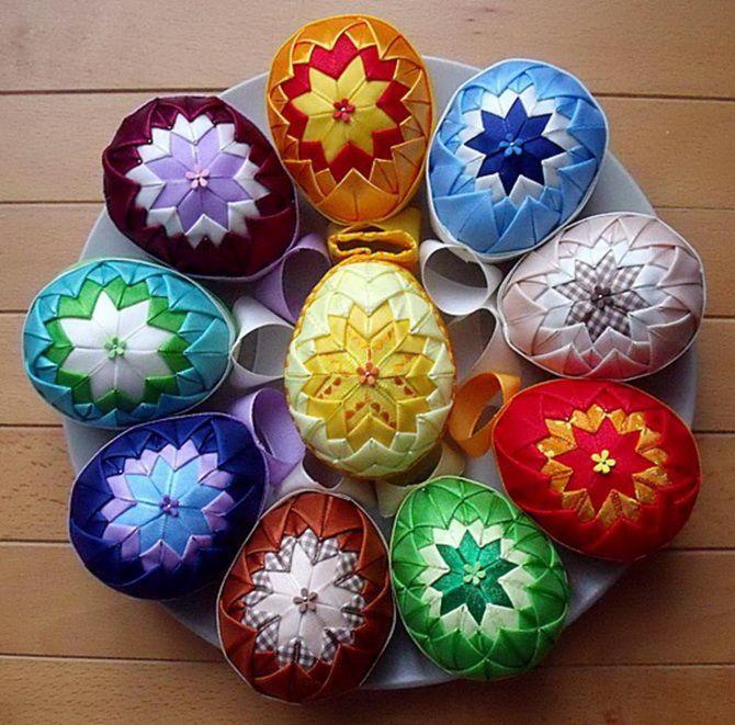 Великоднє яйце з атласних стрічок