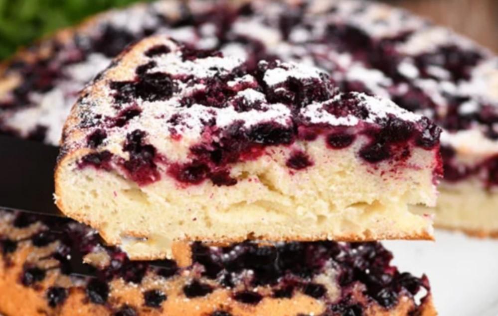 Замішується за хвилини: заливне тісто для пирогів до чаю. Готую і з варенням, і з ягодами